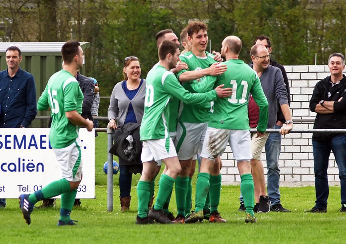 Vogelwaarde viert de 1-0 van Matthijs van der Poel (midden).
