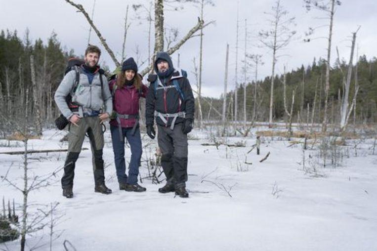 Bartel Van Riet met deelnemers Axel Daeseleire en Tatyana Beloy in 'Bartel in het wild'. Beeld rv