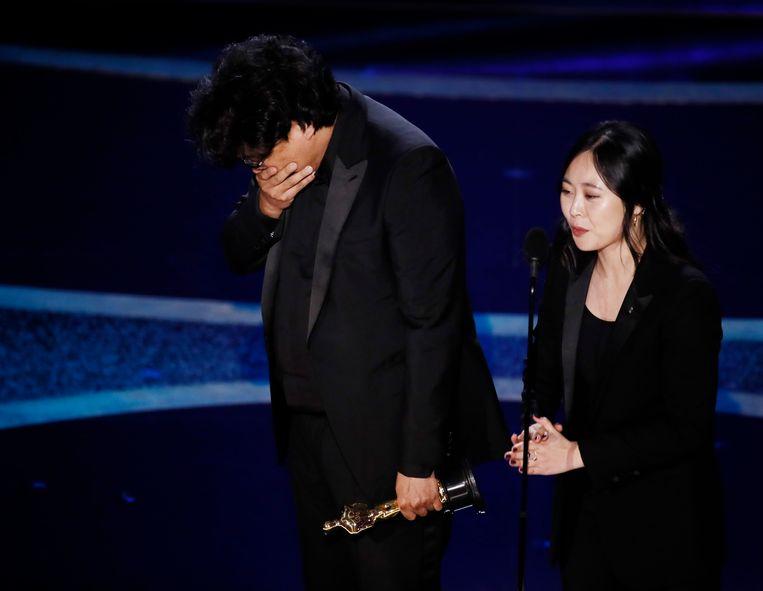 Bong Joon Ho reageerde met verbijstering en ongeloof. 'Ik had nooit gedacht dat ik zou winnen.' Beeld EPA