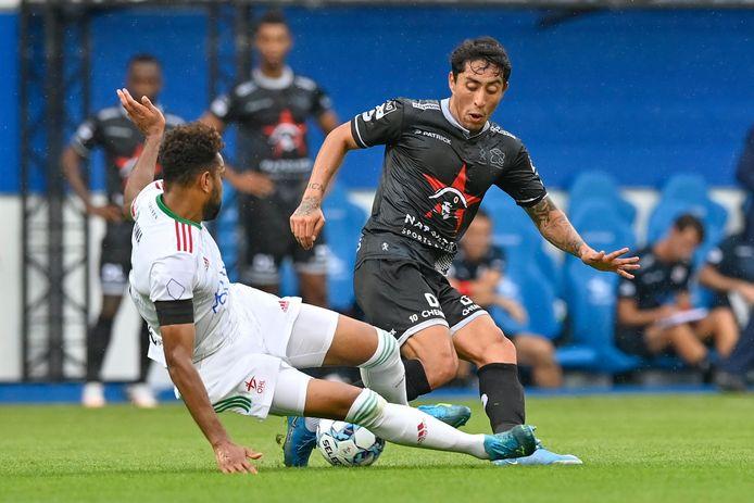 Pierre-Yves Ngawa met een stevige tackle op Omar Govea.