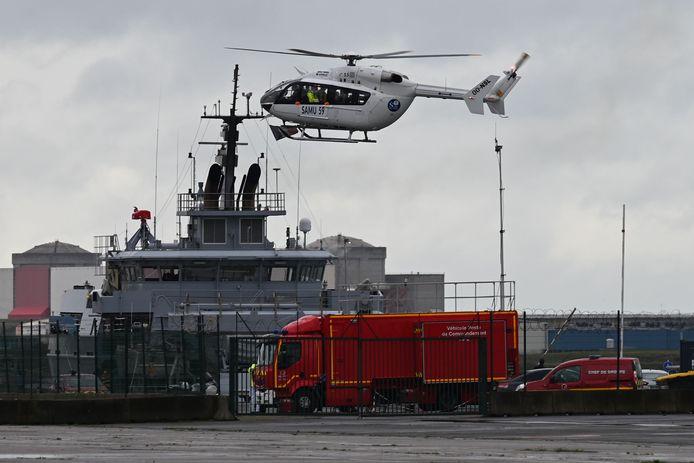 Een traumahelikopter van de Franse medische dienst Samu landt in de haven van Duinkerken tijdens de reddingsactie.