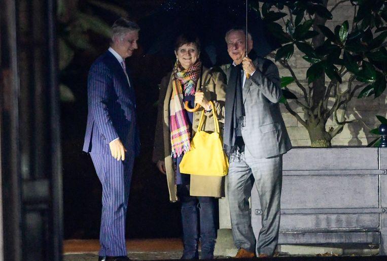 Koninklijke opdrachthouders Sabine Laruelle (MR) en Patrick Dewael (Open Vld) bij koning Filip. In de Wetstraat wordt er rekening mee gehouden dat hun opdracht wordt verlengd. Beeld Photo News