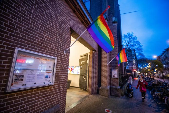 Een regenboogvlag hangt uit bij de Oranjekerk in Amsterdam als statement tegen de zogeheten Nashville-verklaring. In de verklaring worden homoseksualiteit en transgenderisme expliciet afgewezen en wordt ook de suggestie gewekt dat dit zaken zijn waarvan mensen kunnen 'genezen'.