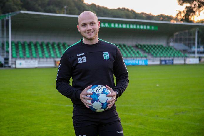 Jorian Wubs voor de karakteristieke Elascon-tribune van SV Gramsbergen. De aanvaller kan na bijna twee jaar revalideren weer spelen.