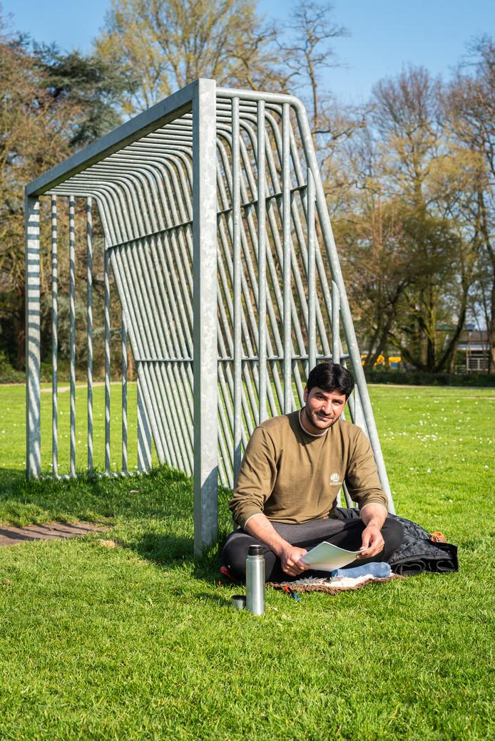 Rechtenstudent Rafi Sherzad (29) in het Weizigtpark in Dordrecht.