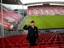Mariniers halen tijdens FC Utrecht-Feyenoord geld op voor stichting Bibian Mentel