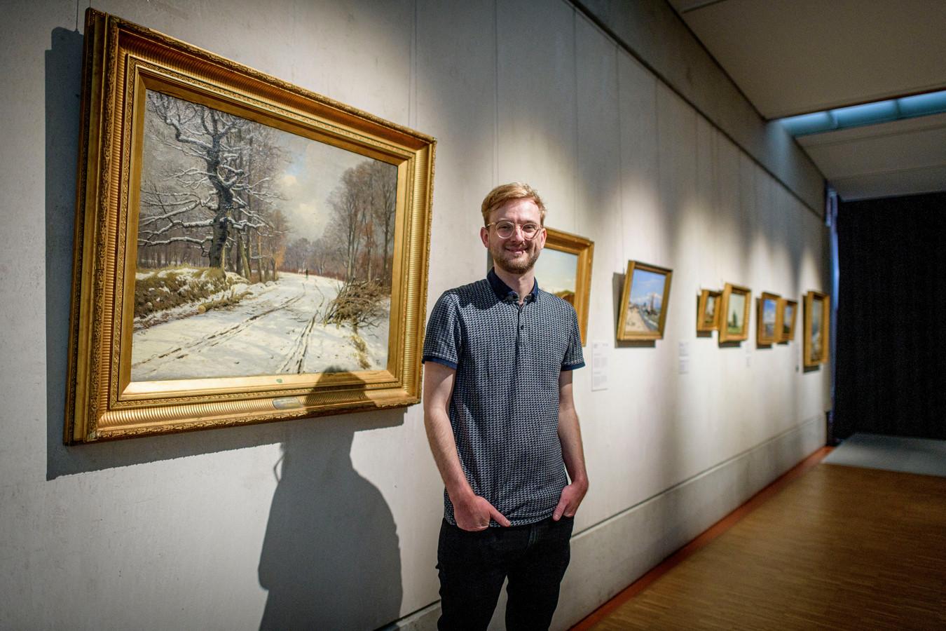 Grote expositie over de Deense Gouden Eeuw: conservator Thijs de Raedt tussen de schilderijen