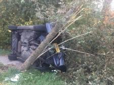 Automobilist raakt boom en belandt op zijkant in Helvoirt