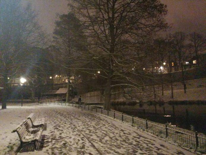 Sneeuw in het prachtige Kronenburgpark. Heerlijk sfeervol plaatje.
