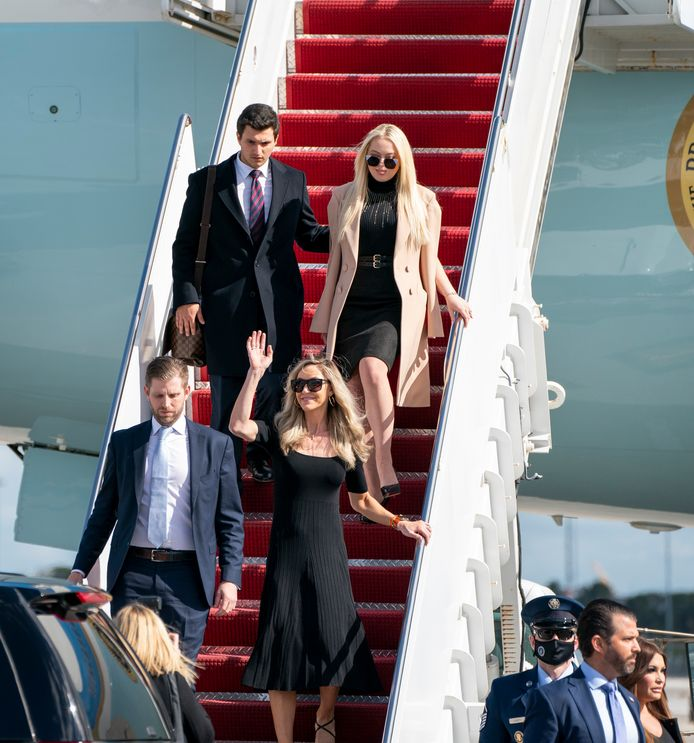 Tiffany, Donald Jr. en Eric Trump (rechtsonder) arriveren op de luchthaven van Palm Beach.
