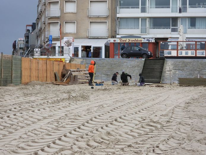 Bij de opbouw van de strandbars zouden dezelfde gezichten wel weer eens de dienst kunnen uitmaken.