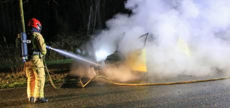 Auto vat in Mierlo vlam tijdens het rijden, bestuurder kan voertuig op tijd verlaten