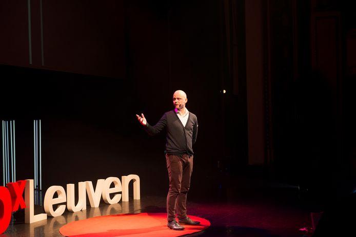 Bruno Delepierre is genomineerd als Gelukspersoonlijkheid van het Jaar. Hier is hij te zien op een TEDX-conferentie, waar hij een lezing gaf met als titel 'Together we can cure capitalism'.