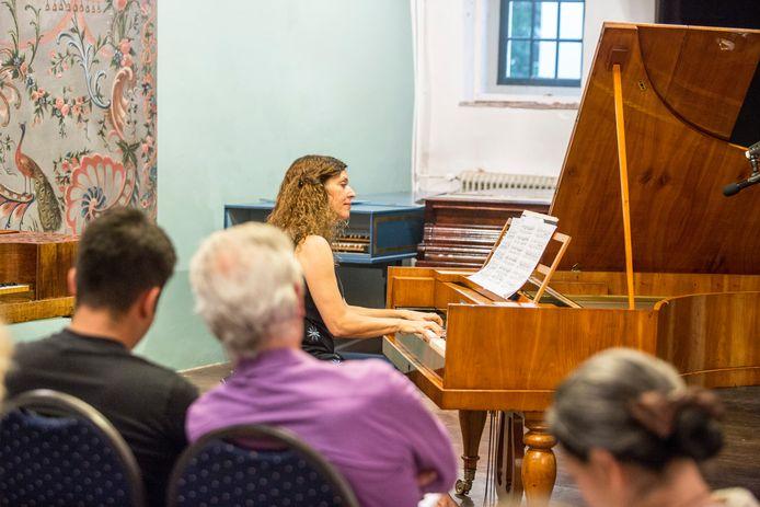 Marina Rodriguez-Brià  achter een fortepiano in het Muziek Museum.