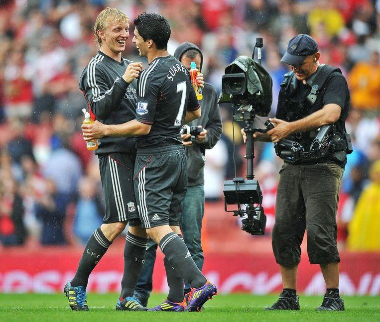 Luis Suárez heeft lol met Dirk Kuyt na de zege in het Emirates Stadion. Beeld afp