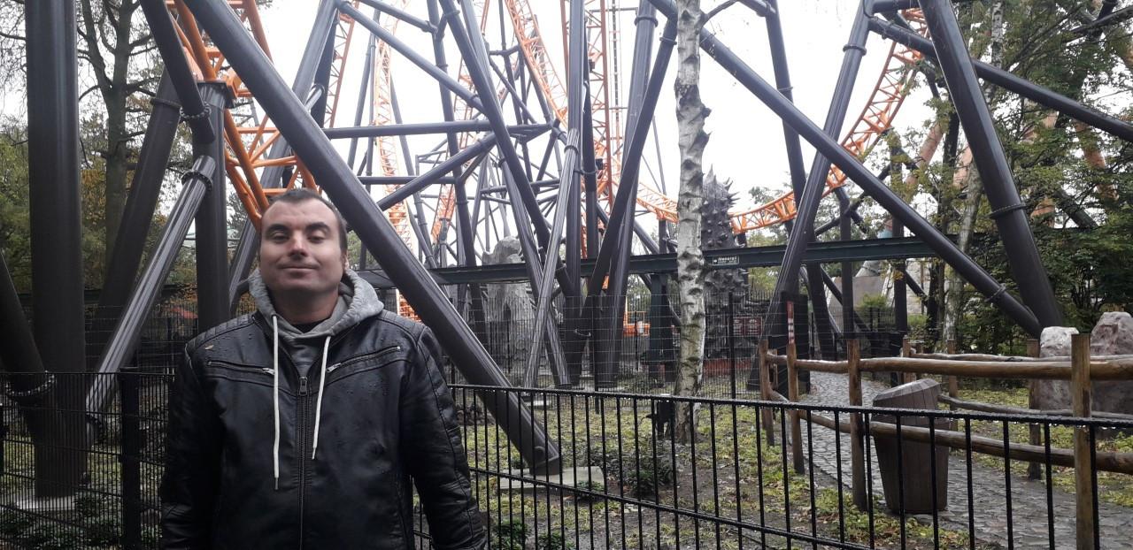 Glenn bij zijn favoriete rollercoaster Fury.