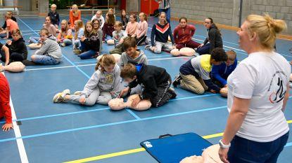 Bijna 300 kinderen verzamelen in sporthal om te leren reanimeren tijdens 'World Restart a Heart Day'