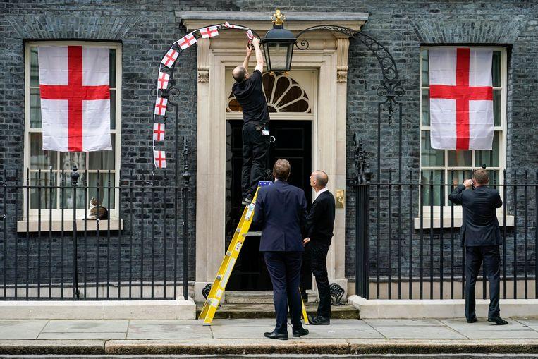 Op initiatief van Boris Johnson was Downing Street versierd met vlaggen. Maandag werden ze verwijderd. Beeld AP