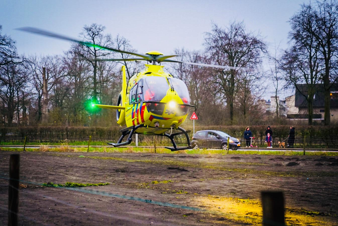Veel hulpdiensten in Eindhoven voor de man die onder een auto terechtkwam.