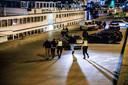 Politie en handhaving van de gemeente Arnhem hebben zaterdag laat in de avond de onderkade langs de Rijn leeg geveegd.