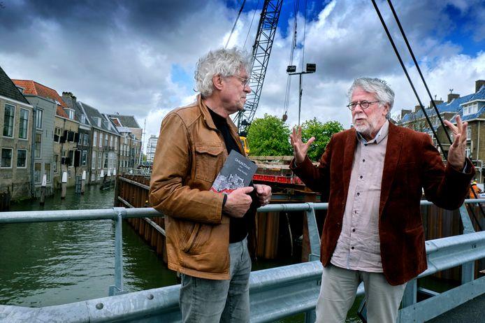 Kees Voorbij (links) met zijn debuut De Kunstdood samen met goede vriend en uitgever Cees Oosterwijk.