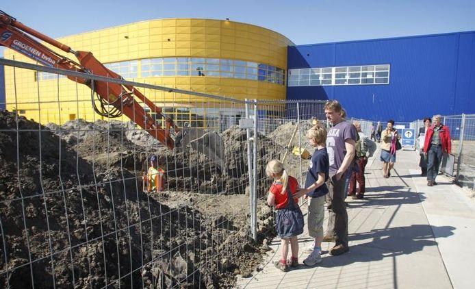 Voor de kinderen Merel en Ruben op de foto zijn de grote kranen bij de bouw van de uitbreiding van Ikea een bezienswaardigheid; verderop staan de van ver al zichtbare heikranen voor de parkeergarage. foto Irene Wouters