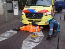 Ambulance met patiënt komt vast te zitten op poller aan de Kalvermarkt