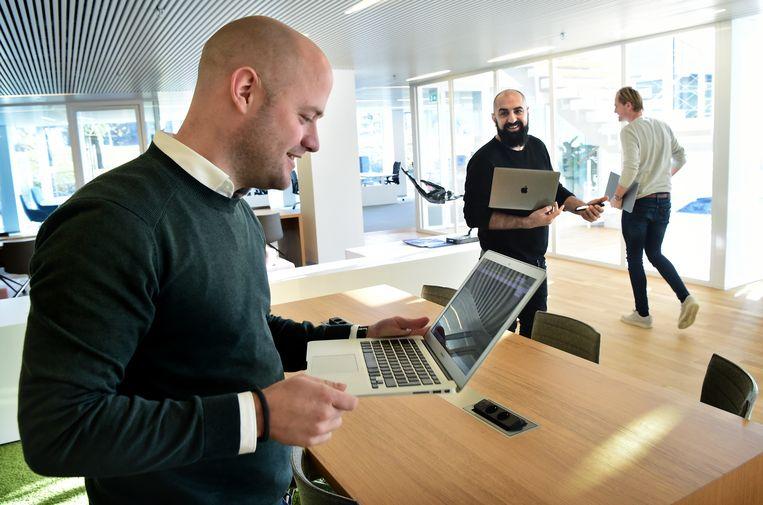 Directeur Ronald de Snoo van contentmarketingbureau Agency No9 met twee werknemers op zijn kantoor in Tilburg. Beeld null