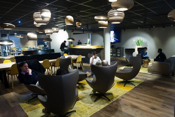 Een loungehoek is een van de faciliteiten van ASML Plaza, waar personeel kan lunchen met gerechten uit zes verschillende keukens en kan zitten om te werken of overleggen.