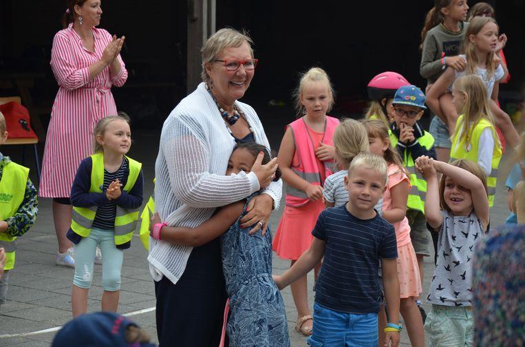 Juf Lu kreeg een mooi afscheid van haar collega's en de kinderen van basisschool Heiende.