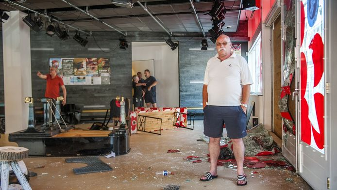 Alex Bergman in het vorig jaar vernielde theater.