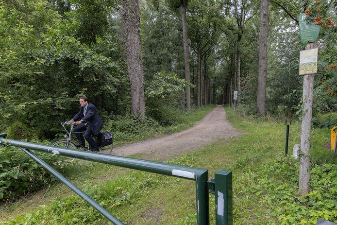 Er zijn plannen om van dit pad door Het Groot Goor in Helmond een geasfalteerd fietspad te maken.
