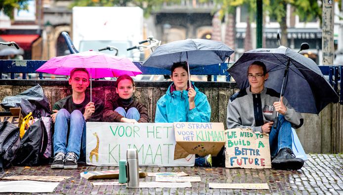 Scholieren staken morgen om aandacht te vragen voor het klimaat. Ze moeten wel toestemming hebben van school, want anders is het spijbelen.