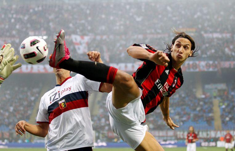Zlatan laat in het shirt van AC Milan (2010) zien dat hij vroeger aan taekwondo heeft gedaan. Beeld AP