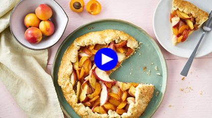 Zomerzoete verwennerij: seizoensfruit uit de oven in een vederlicht gebakje
