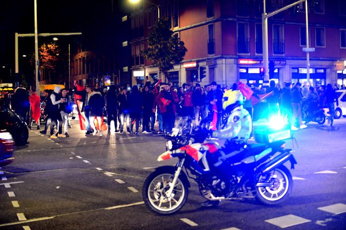 Een menigte verzamelt zich op de Hoefkade.