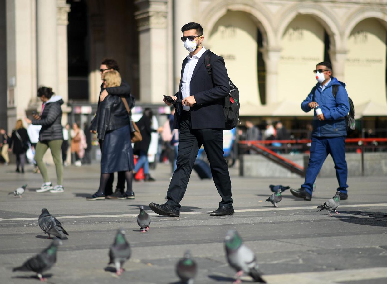In Noord-Italië dragen veel mensen dezer dagen een mondkapje, zoals deze man in Milaan. Beeld Photo News