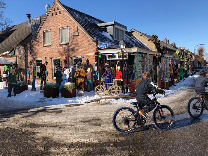 Het lijkt heel druk bij café-zaal Kleijngeld in Zijtaart. Allemaal versierde poppen.