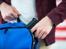 Un enfant de 10 ans sort une arme de son cartable à l'école