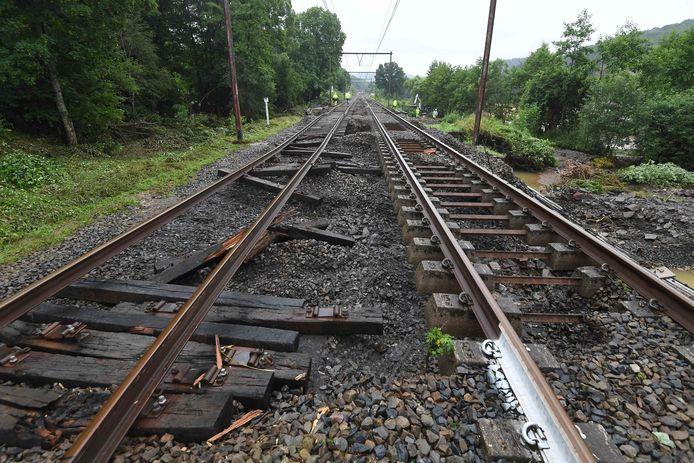 Nabij het dorp Jemelle in Namen raakte de spoorweg zwaar beschadigd door de hevige regenval.