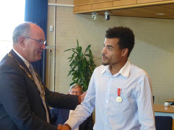 Hannis Kras wordt gefeliciteerd door burgemeester Van Kooten.