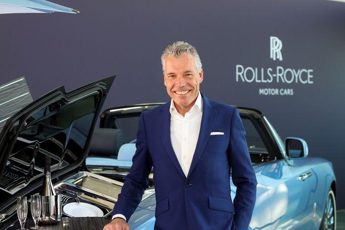 Torsten Müller-Ötvös, CEO van Rolls-Royce bij de wagen.