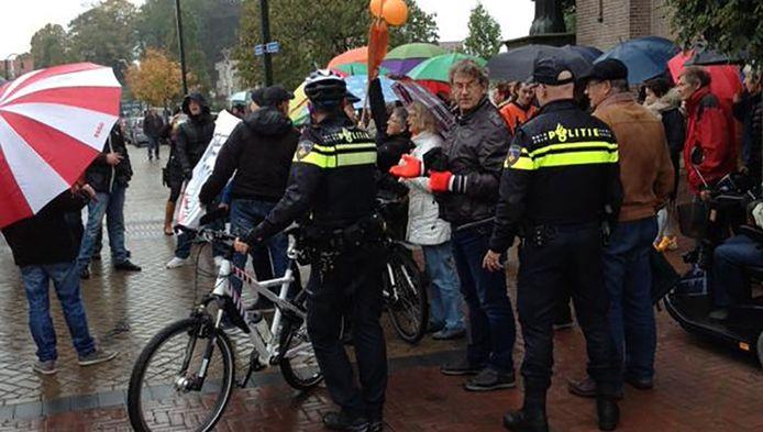 Voor- en tegenstanders van de politicus kwamen donderdag naar de Markt in Steenbergen en gingen de discussie met elkaar aan.