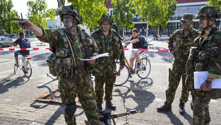 Militairen van de bevoorradingscompagnie van de Luchtmobiele Brigade arriveren voor de oefening in Tilburg. Beeld Arie Kievit
