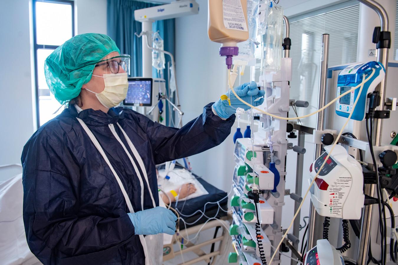 Een verpleegkundige op de IC-afdeling in het Amphia Ziekenhuis in Breda