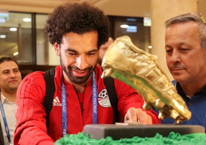 Salah krijgt een verjaardagstaart met gouden schoen voor zijn verjaardag.