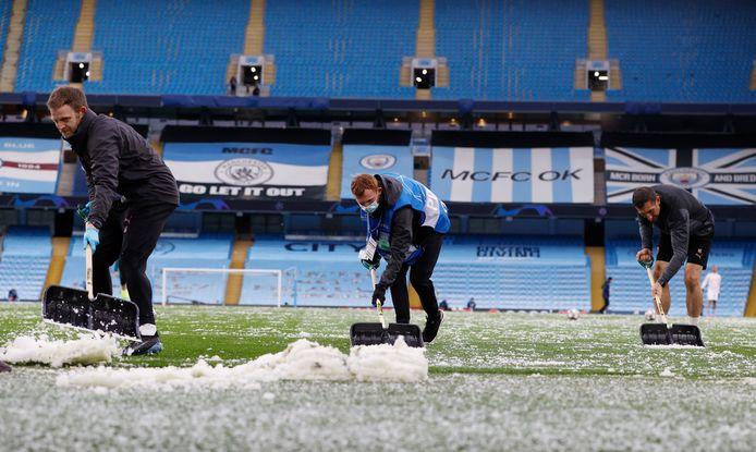 Het veld wordt schoongemaakt.