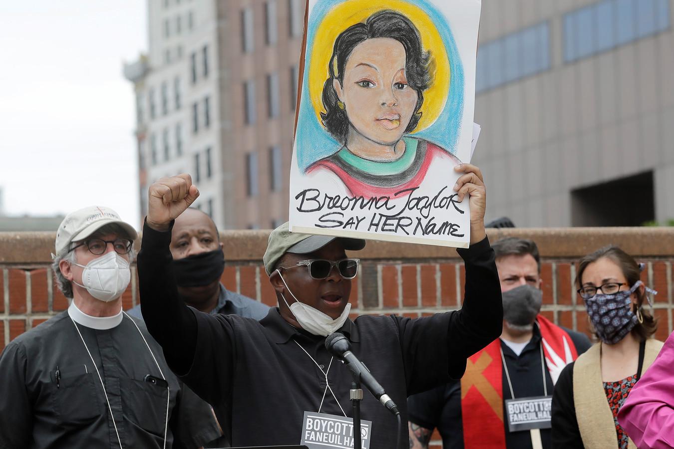 Betogers in Boston roepen om genoegdoening voor Breonna Taylor.