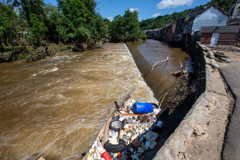 De Vesder-rivier in Chaudfontaine. Inwoners van de Vesdervallei zeggen allemaal hetzelfde: het water steeg niet razendsnel, het kwam in golven. Beeld BELGA