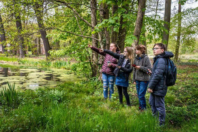 Vanaf links Evi, Amber, Thijmen en Lucas bezig met de zoektocht naar het geheim van het kasteel.